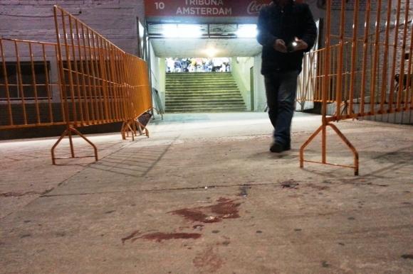 2016. El domingo, en un baño de la Tribuna Ámsterdam, un hincha de Peñarol recibió dos disparos de otro aurinegro. El partido fue suspendido en el entretiempo. Foto: Archivo El País.