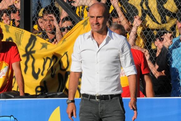 Paolo Montero podría quedarse en el banco definitivamente. Foto: Ariel Colmegna.