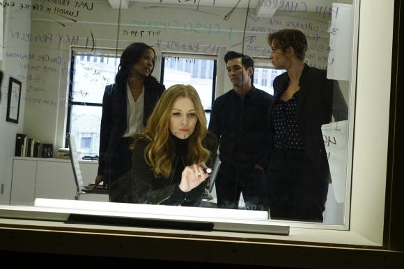 Alice lidera un equipo de investigadores que la ayudan a resolver casos semanales.