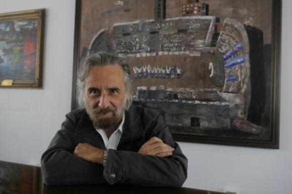 Ignacio Iturria con su obra donada a Nacional (Foto: Ariel Colmegna).