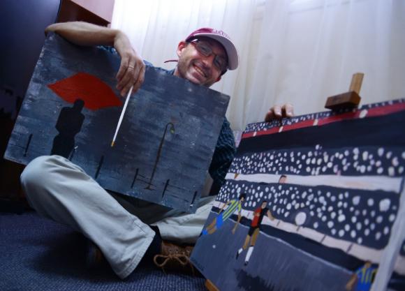 Daniel Supervielle con dos de sus trabajos (Foto: Martín Silva Quartino)