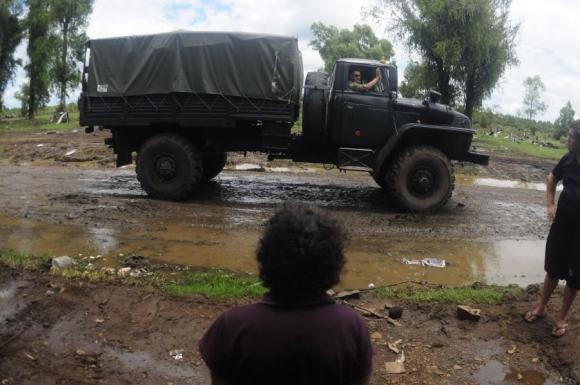 Los camiones del Ejército circulan por Artigas limpiando. Foto: F. Ponzetto.