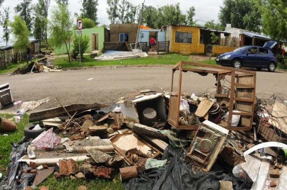 Los que antes fueron muebles, hoy son ruinas. Foto: Fernando Ponzetto.