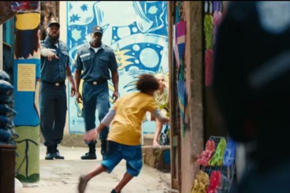 Polémico spot en Brasil, donde un niño escapa de la Policía. Foto: Captura YouTube.