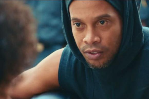 La publicidad cuenta con la participación de Ronaldinho. Foto: Captura YouTube.