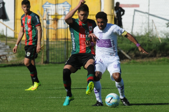 Partido parejo entre Rampla Juniors y Defensor Sporting. Foto: Francisco Flores