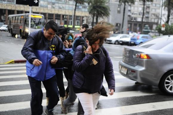 El viento complicó el pasaje de los transeúnte en la calle Florida. Foto: D. Borrelli