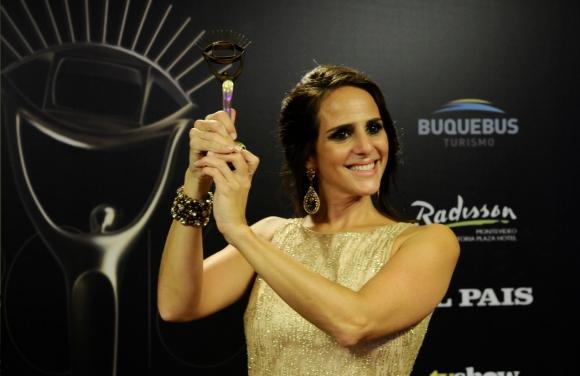 Verónica Piñeyrúa y su Premio Iris. Foto: Darwin Borrelli