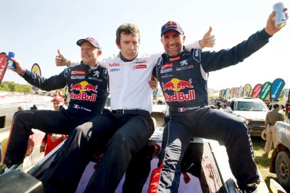 Celebración. El ganador Peterhansel (derecha) con el director deportivo de Peugeot, Bruno Fain y el copiloto Jean Paul Cottret