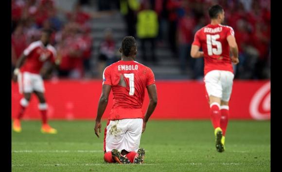 Las camisetas rotas de Suiza en el partido ante Francia. Foto: EFE