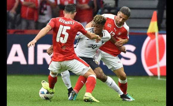 Las camisetas rotas de Suiza en el partido ante Francia. Foto: AFP