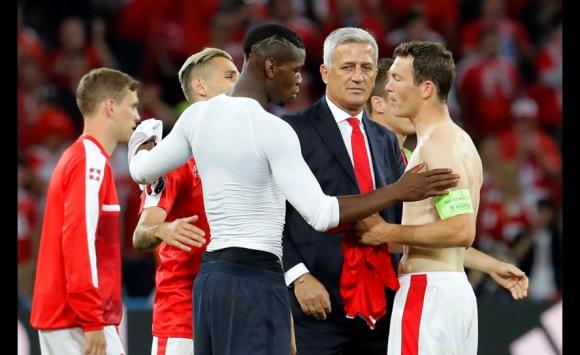 De todas formas, Pogba cambió la camiseta con Lichtsteiner, compañero de equipo en Juventus. Foto: Reuters