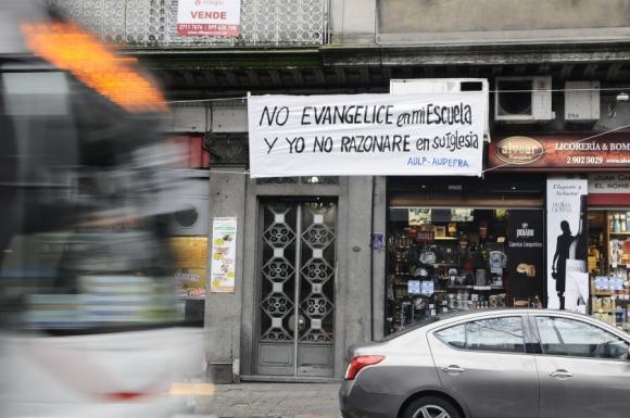 Organizaciones laicas colgaron pancarta frente al edificio del CEIP. <br>Foto: Darwin Borrelli