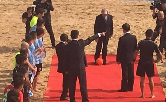 Álvaro Recoba y Tabaré Vázquez dieron el puntapie inicial en China. Foto: @AUFOficial
