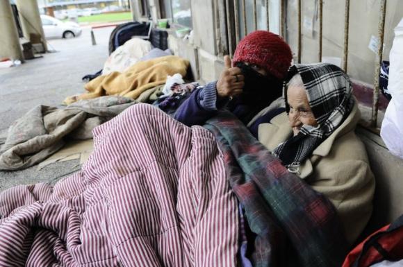 La anciana que vive en situación de calle recibe ayuda de vecinos,. Foto: D. Borrelli