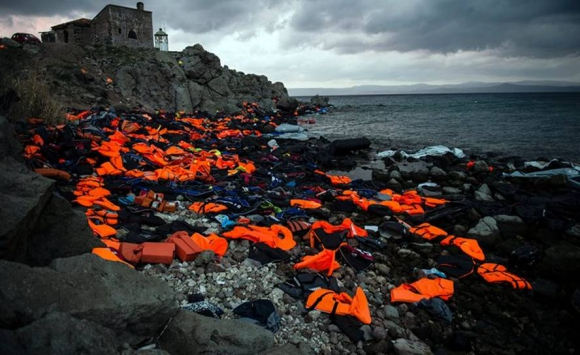Los refugiados llegaron a la isla de Lesbos y dejaron sus chalecos. Foto: Sandra Hoyn.