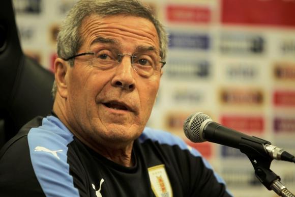 El entrenador maneja varias dudas en el once frente a Ecuador. Foto: Archivo El País.
