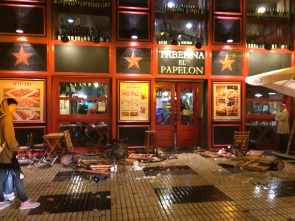 La taberna El Papelón destrozada por los hinchas. Foto: @eldesmarque_sfc