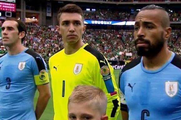 En lugar del himno de Uruguay, sonó el de Chile