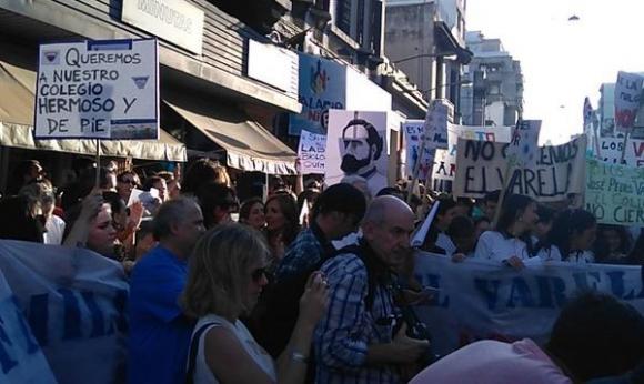 Movilización contra el cierre del Colegio Varela. Foto: @diegopirizg