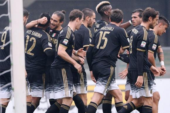 Cáceres felicita a Alex Sandro tras su gol para la Juventus. Foto: EFE