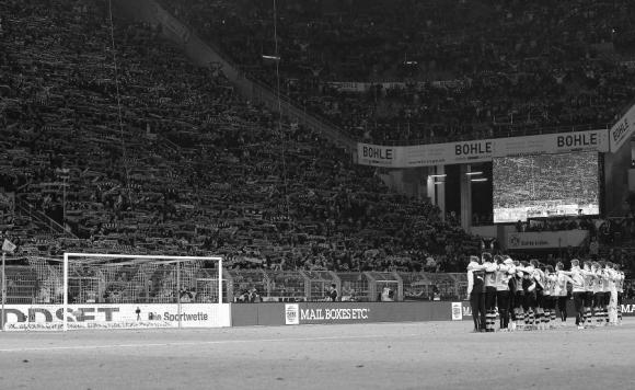 Los jugadores del Borussia Dortmund juntos ante la hinchada mientras canta el