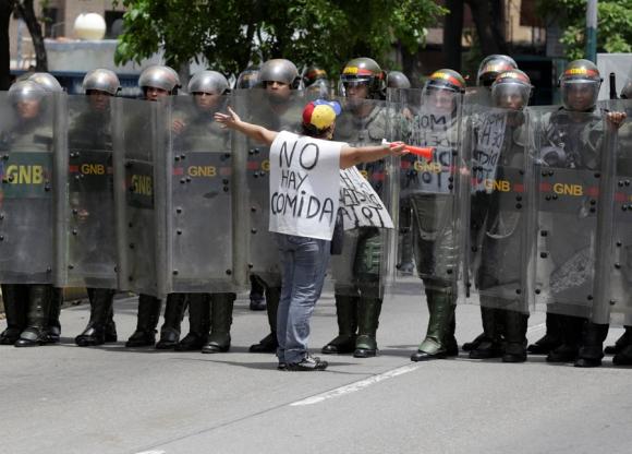 La Guardia Nacional armó barricadas para prohibir el paso de los manifestantes. <br>Foto: Reuters