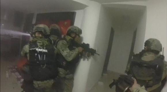 Efectivos de la marina mexicana allanan el domicilio donde estaba El Chapo.<br> Foto: Reuters