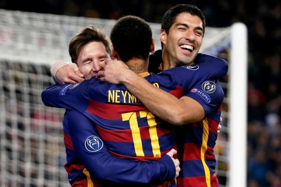 Suárez, Messi y Neymar festejan uno de los goles del salteño en Barcelona-Roma. Foto: Reuters.
