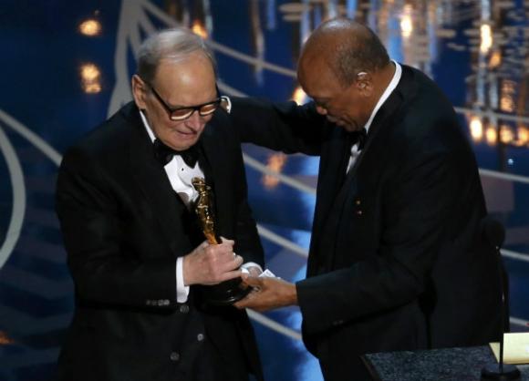 """Quincy Jones le da el Oscar a Ennio Morricone, por su banda sonora en """"Los 8 más odiados"""""""