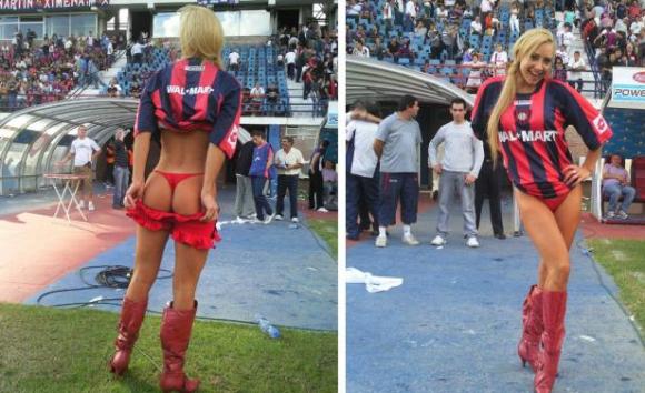 Andrea Ghidone en 2009, cuando fue a la cancha de San Lorenzo en ropa interior.