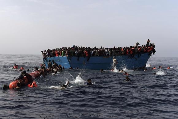 Los refugiados estuvieron varias horas en el agua antes de ser rescatados. Foto: AFP
