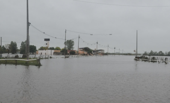 El río San José transformó el hipódromo en un enorme embalse. Foto: F. Flores