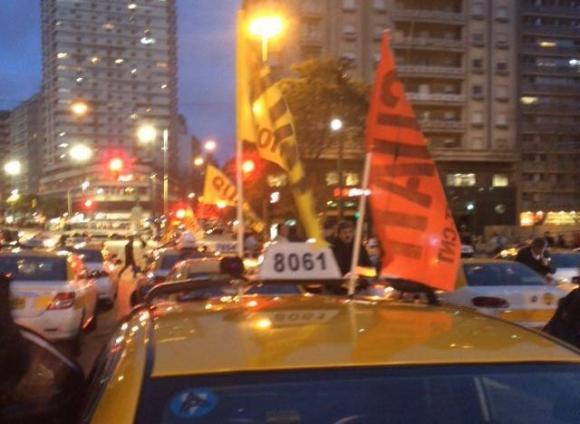 Movilización del Suatt frente a la Intendencia. Foto: Gabriel Rodríguez