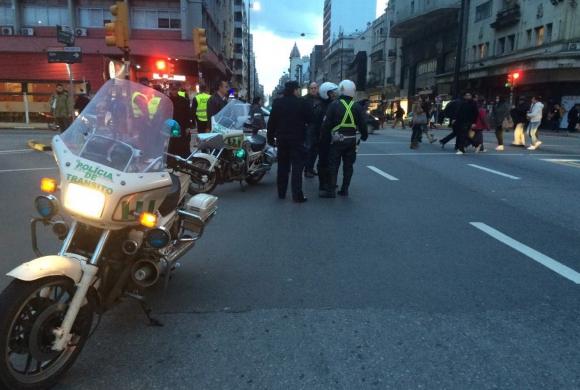 La Policía espera la llegada de los taxistas a la IMM. Foto: Gabriel Rodríguez