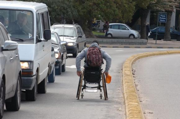 Obstáculos: Un escenario complicado para las sillas de ruedas. Foto: archivo El País