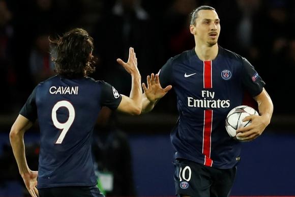 Zlatan Ibrahimovic celebra su gol junto a Edinson Cavani. Foto: REUTERS