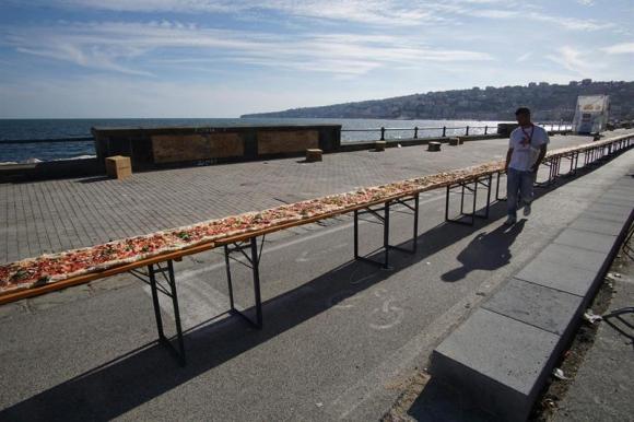 Cocineros preparan la pizza más larga del mundo. Foto: EFE