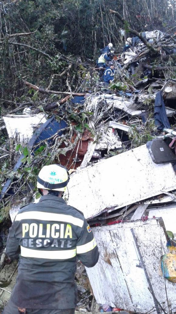 Restos del avión que llevaba a jugadores del Chapecoense. Foto. Twitter @Policiantioquia