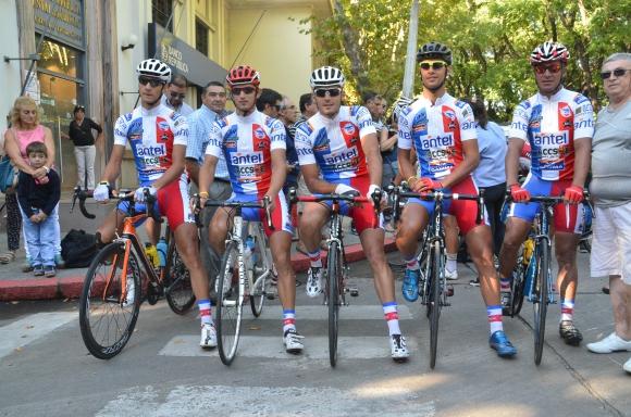 El equipo del Club Ciclista Fénix hoy en Durazno. Foto: Víctor Darwin Rodríguez.