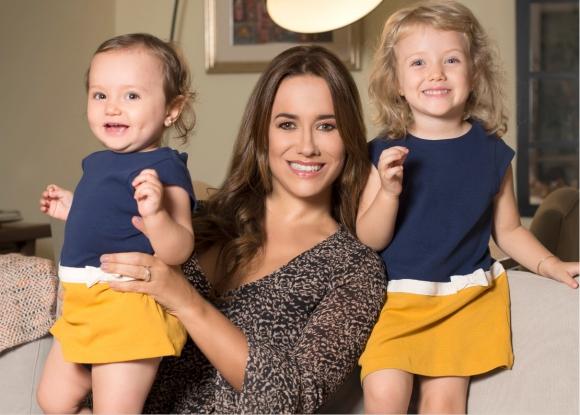Catalina Ferrand con sus hijas Cayetana (3 años) y Simona (1 año). Vestuario: Vicky G, Magma. Peluquería: Amor Mío.