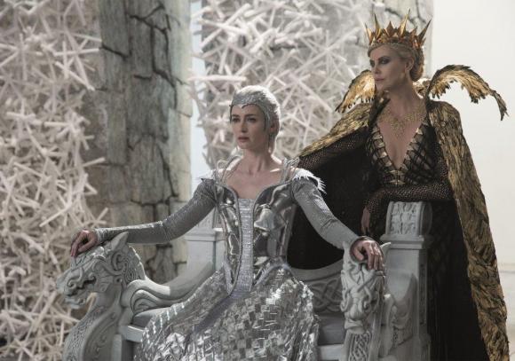 Emily Blunt es la Reina de Hielo, hermana de la Reina Ravenna (Charlize Theron).