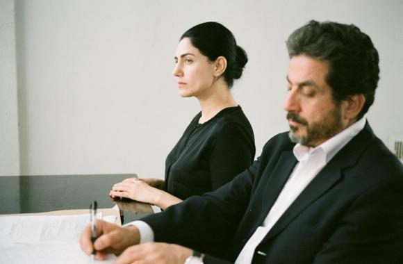 Una mujer y un arduo trámite ante un tribunal rabínico.
