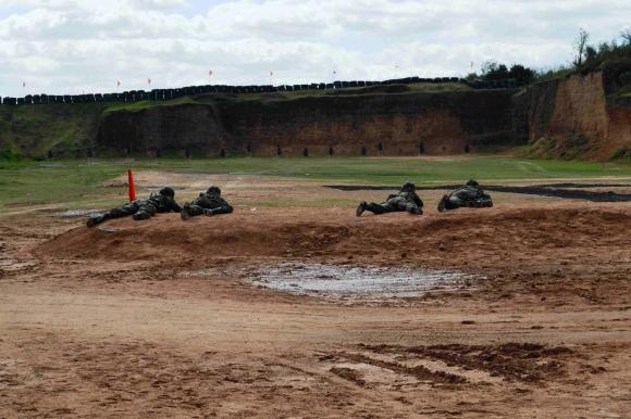 Manini Rios supervisando pruebas militares en Fray Bentos. Foto: Daniel Rojas