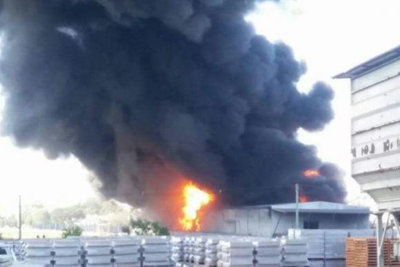 Explosión en una fábrica de pintura en Barros Blancos. Foto: Néstor Araújo.