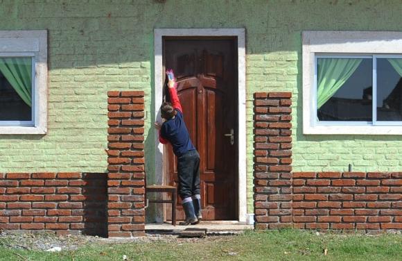Niños más grandes ayudan en las tareas de reconstrucción. Foto: F. Ponzetto