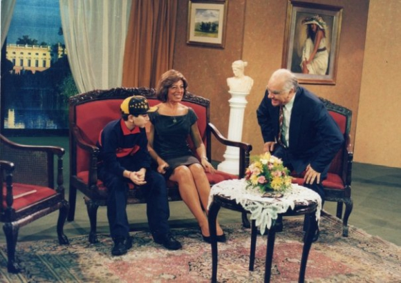 Danilo Rey cuando era niño e interpretaba al nieto de Sanguinetti (Eduardo DAngelo) en la Familia Rodelú (Decalegrón). DAngelo le leía un cuento al final del sketch.