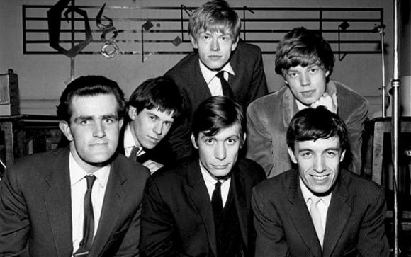 Brian Jones (arriba), Mick Jagger (a su izq.), Ian Stewart, Keith Richards, Charlie Watts y Bill Wyman (abajo)