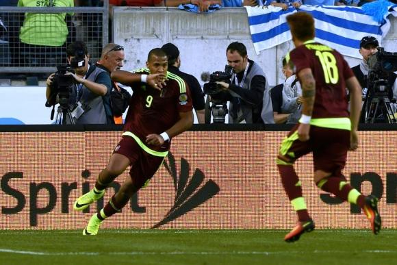 Salomón Rondón adelantó a Venezuela ante Uruguay. Foto: AFP.