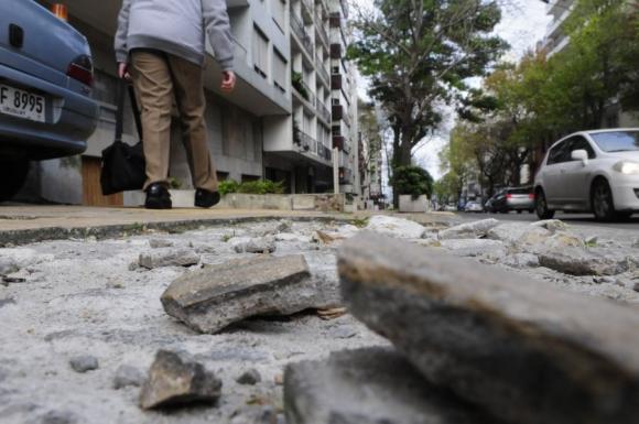 Veredas en mal estado en Montevideo. Foto: Marcelo Bonjour